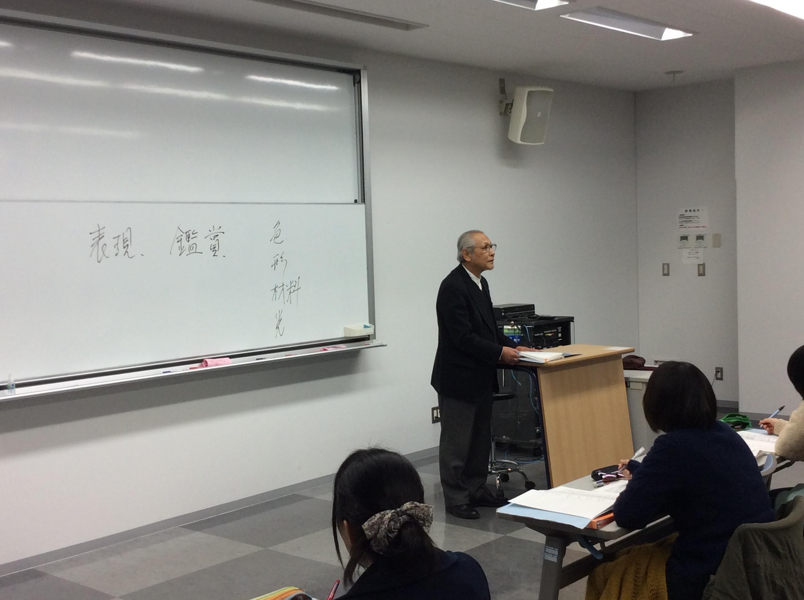 学生に発問する長谷川教授
